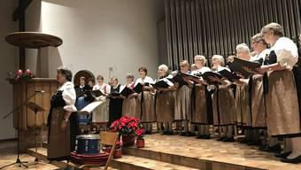 Unter der Leitung von Katharina Ruh sangen die Trachtenchöre Schlieren und Weiningen gemeinsam Weihnachtslieder in den vier Landessprachen.