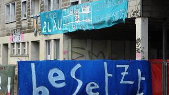 """Die verurteilten Männer wehrten sich """"mit Tritten und Schlägen"""" gegen die Polizisten. Im Bild das besetzte Koch-Areal in Zürich-Altstetten im Mai 2013."""