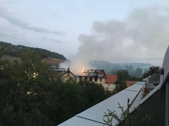 Das brennende Gebäude am frühen Morgen vom Balkon eines Lesers aus gesehen
