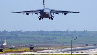 US-Flugzeug im Anflug auf die türkische Luftwaffenbasis Incirlik. Der Stützpunkt soll bald auch von Saudi-Arabien für Angriffe auf die IS-Miliz genutzt werden. (Archivbild)