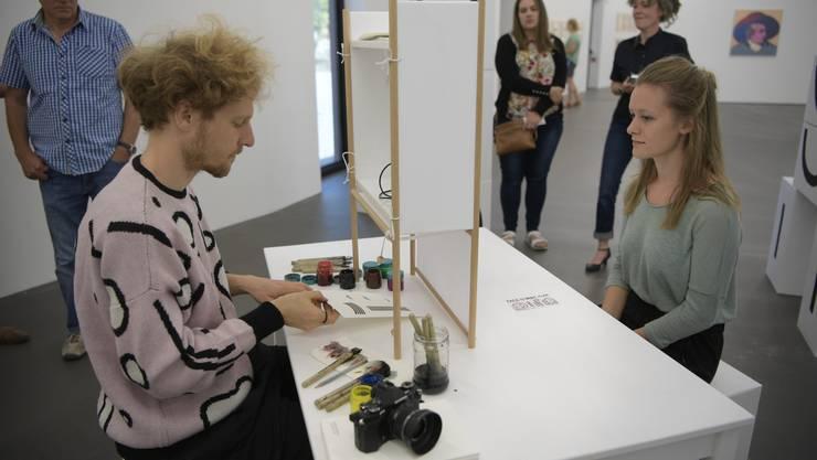 Gespanntes Warten auf das Resultat. Tobias Gutmann hat mit wenigen Strichen die visuelle Essenz seines Gegenübers erfasst.