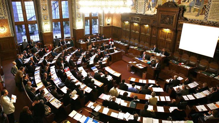 Bevor die Politiker hier mitreden dürfen, geben sie sich noch mit den Journalisten ab: Der Grossratssaal in Basel