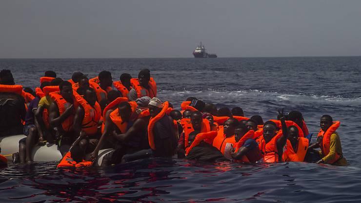 Bootsflüchtlinge im Mittelmeer kurz vor ihrer Rettung (Archiv)
