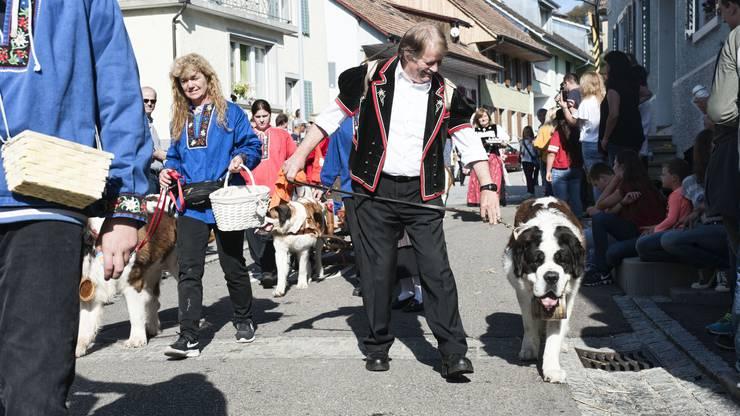 Wein im Fässli: Auch die Bernhardinerfreunde Benken marschierten mit.