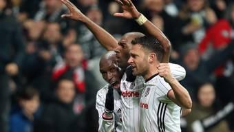 Besiktas' Doppeltorschütze Ryan Babel (Mitte) jubelt mit seinen Teamkollegen