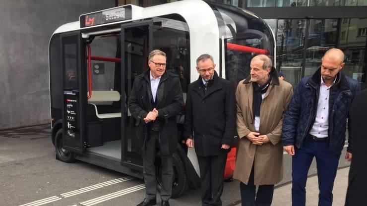 SBB-Chef Andreas Meyer (ganz links) präsentiert einen der selbstfahrenden Shuttles, die im Rahmen eines Pilotversuchs in ein bestehendes Verkehrs- und Mobilitätssystem integriert werden.