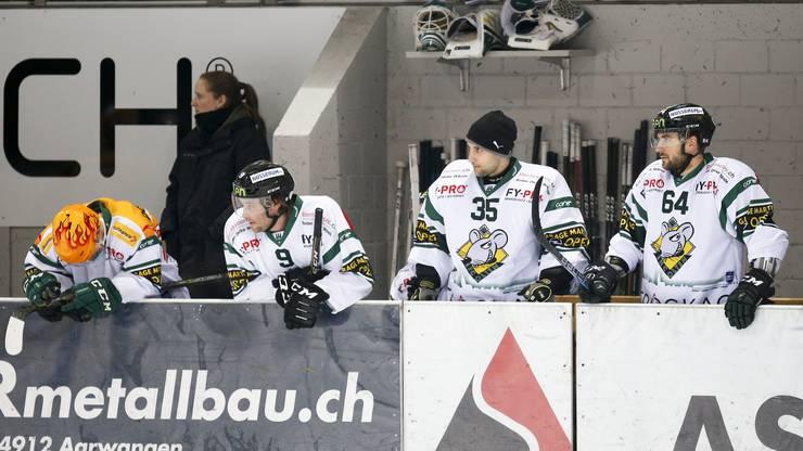 Enttäuschung bei Topscorer Martin Ulmer, Lukas Haas, Torhüter Matthias Mischler und Brian Ihnacak (Olten) auf der Spielerbank