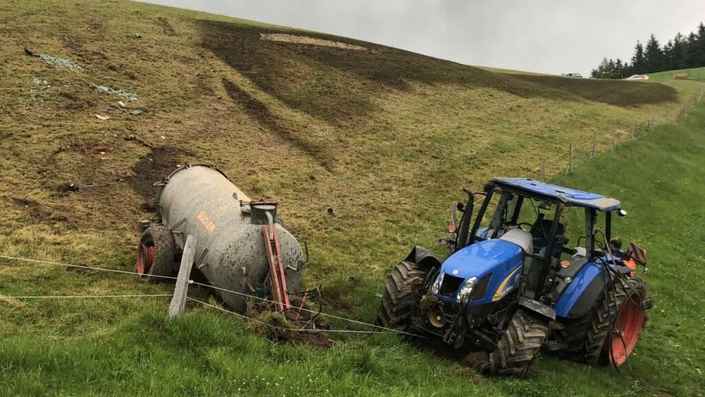 Der Traktor mit dem angehängten Jauchewagen kippte und überschlug sich auf einer Wiese in Dicken SG. Der 57-jährige Bauer erlitt unbestimmte Verletzungen.