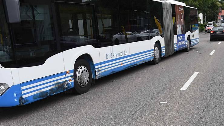 Der Linienbus der RTB Rheintal Bus wurde in Balgach SG von einem Auto gerammt, dessen Lenker am Steuer eingeschlafen war.