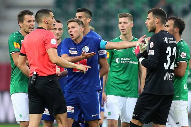 In Luzern gab es viele Diskussionen, aber weniger gut Leistungen. Idriz Voca im Gespräch mit Schiedsrichter Lionel Tschudin.