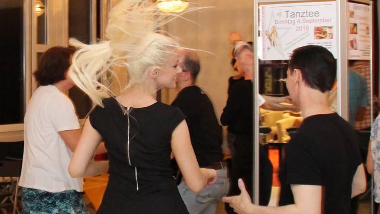 Bei Dancer's World fliegen die Haare