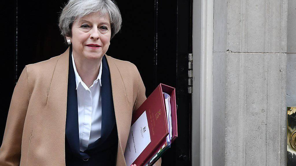 Die britische Premierministerin Theresa May kündigt Neuwahlen für den 8. Juni an.
