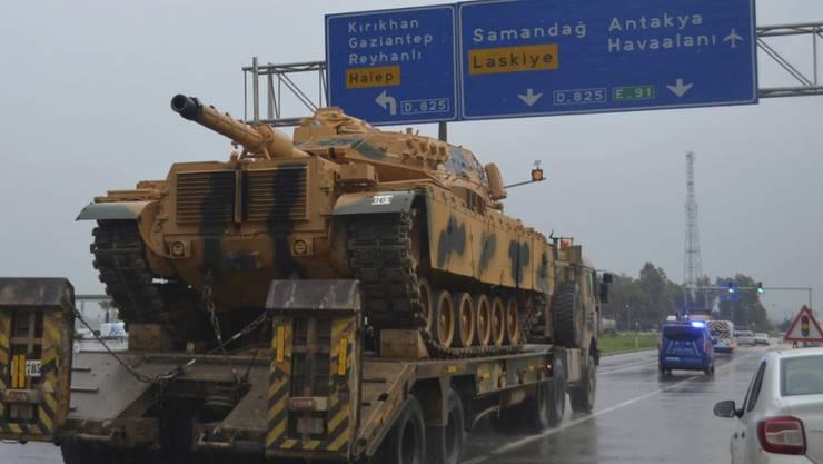 Ein Panzer wird als Teil eines Konvois in den türkischen Grenzort Kilis transportiert. (Bild vom 13. Dezember)