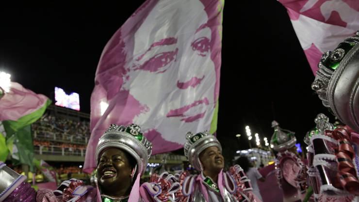 Sieg mit der Darstellung von Versklavung und ungesühntem Mord: Die Sambaschule Mangueira.