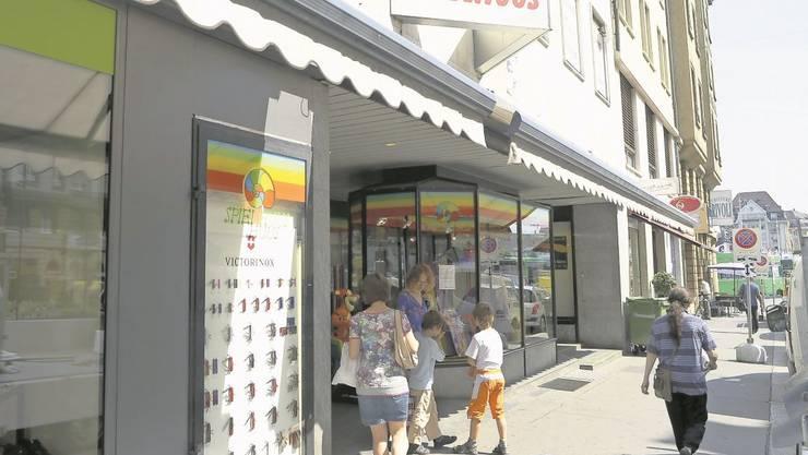 An der Eisengasse 8 kaufen die Eltern für ihre Kinder bald nicht mehr im «Spielhuus», sondern im neuen Franz Carl Weber ein.