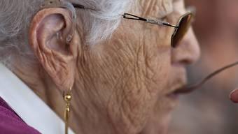 Rund jede dritte Seniorin und jeder dritte Senior hört und/oder sieht nicht mehr ausreichend. Dies zeigt eine neue Studie. (Themenbild)