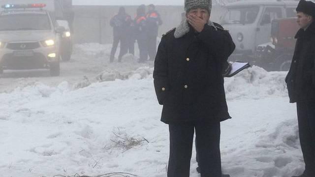 Kasachische Polizisten in der Nähe des Unfallortes