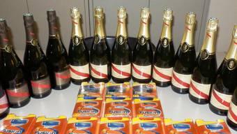 Champagner und Rasierklingen wurden im Kofferraum an der Grenze gefunden.