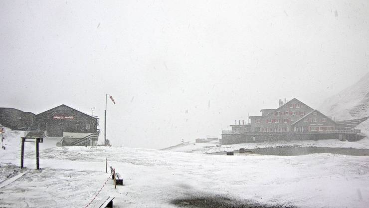 Auf dem Jochpass bei Engelberg schneit es am Freitagmorgen.