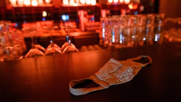 Im Kanton Bern dürfen sich künftig nur noch maximal 100 Personen gleichzeitig in Bar- und Clubbetrieben aufhalten. (Symboldbild)