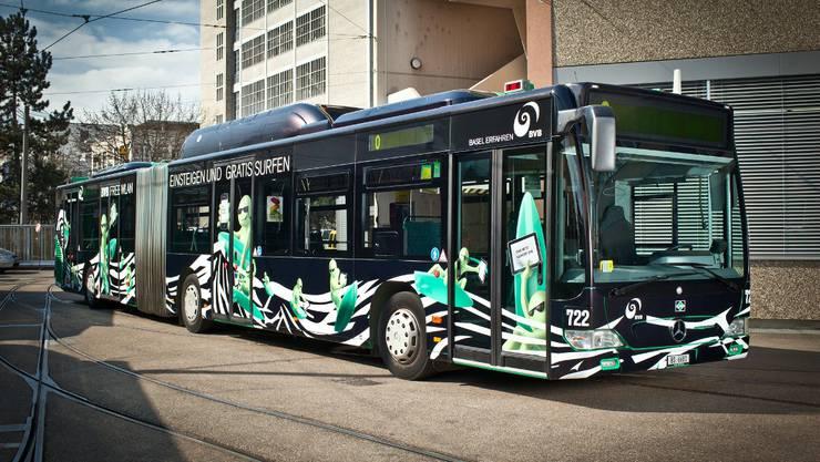 Auch der Bus surft neu in schwarz.
