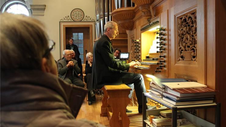 Interessiert beobachten Zuschauerinnen und Zuschauer die Bewegungen des Organisten Eric Nünlist.