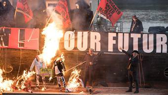 Protest gegen den heutigen Punk: Hier gehen unter den Augen von Joe Corré (rechts unten) Sammlerstücke im Wert von rund fünf Millionen Pfund in Flammen auf.