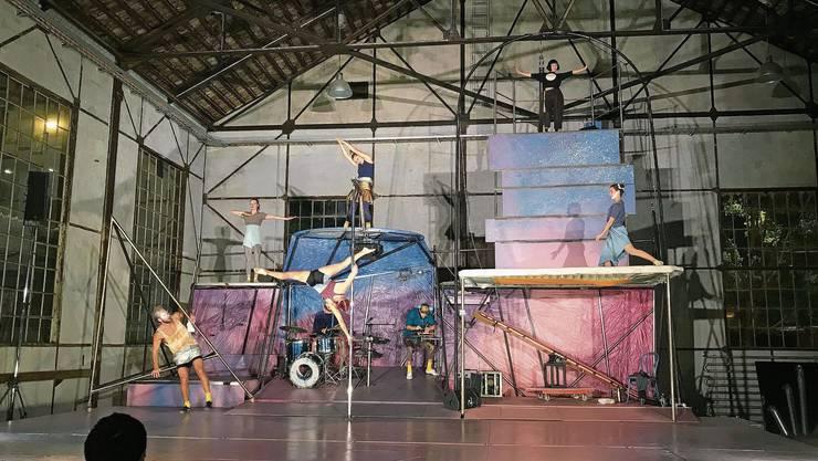 Ein Flug durchs All mit Theater, Tanz, Artistik und Livemusik: Die Zirkusshow im Badener Kulturzentrum Alte Schmiede.