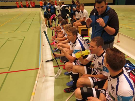 Interims-Coach Matthias Amstutz gibt dem dritten Block Anweisungen.