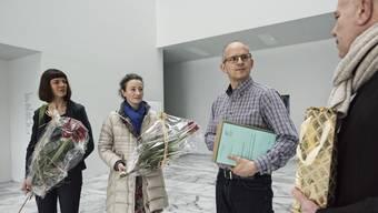 Irene Maag (links), Nicole Wehrli und Roger Leu (rechts) überreichten Thomas Sauter von der Gemeinde letztes Jahr 1'099 Unterschriften.