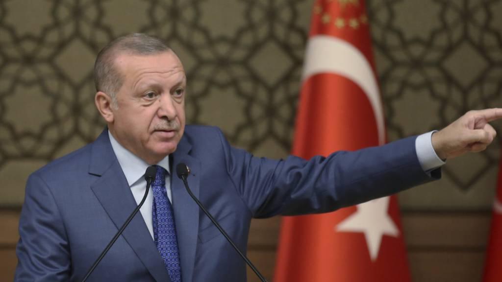 Wusste schon immer alles besser: der türkische Präsident Erdogan. Schon vor längerer Zeit soll er dasselbe vorgeschlagen haben, was nun der deutsche Aussenminister Maas in Ankara zur Sprache bringt. Aber man habe ihm nicht folgen wollen, jetzt sei es zu spät, hiess aus der türkischen Regierung.