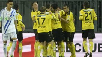 Die Young Boys feiern ihren Heimsieg gegen Lausanne.