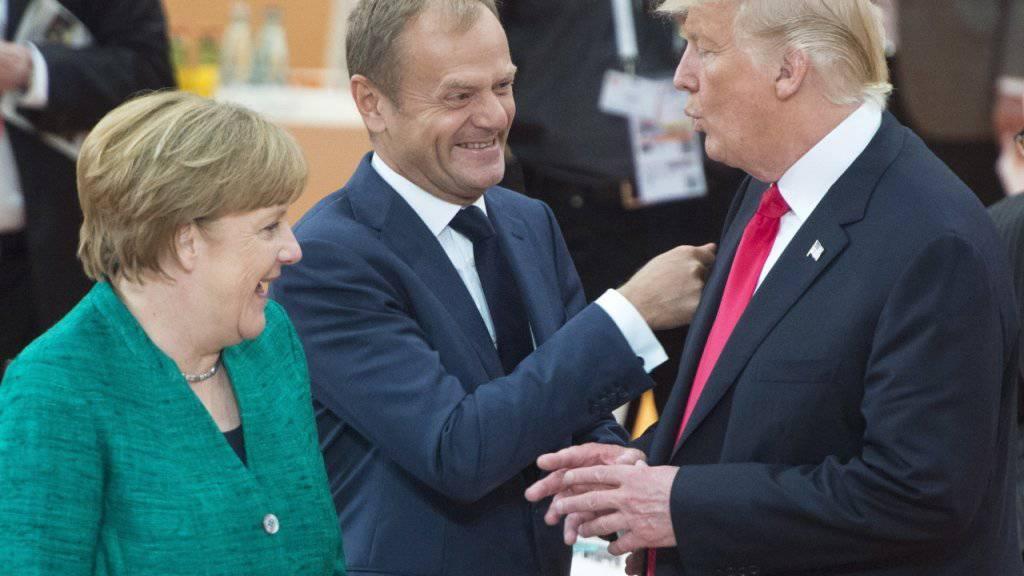 Erleichterung nach dem harten Ringen am G20-Gipfel in Hamburg. Quer stellten sich bei vielen Themen die USA - rechts ihr Präsident Donald Trump. Mit ihm scherzen Gipfel-Gastgeberin und Kanzlerin Angela Merkel und EU-Ratspräsident Donald Tusk (Mitte).
