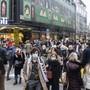 Die Stadt lockt noch immer: Menschen mit Atemschutzmasken beim Weihnachtseinkauf in der Zürcher City.
