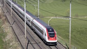Bis 2029 rundum erneuert und bis 2043 ausrangiert: Ein Intercity-Neigezug der SBB unterwegs zwischen bei Steinen SZ. (Archivbild)