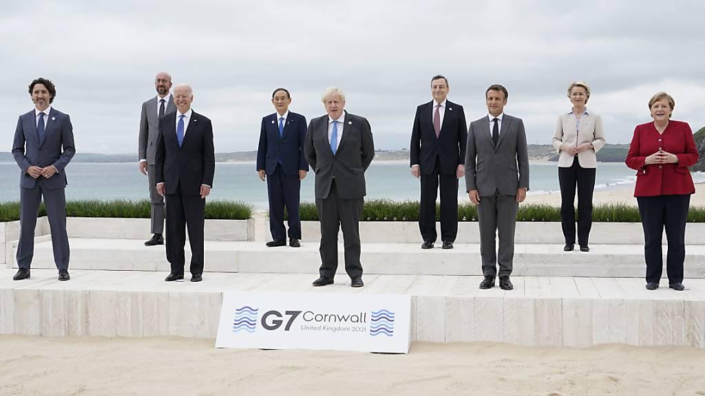 dpatopbilder - Die Teilnehmer des G7-Gipfels stehen für ein Gruppenbild vor dem Carbis Hotel. Der G7-Gipfel findet vom 11. bis 13. Juni in Carbis Bay, St Ives in Cornwall statt. Foto: Patrick Semansky/AP Pool/dpa