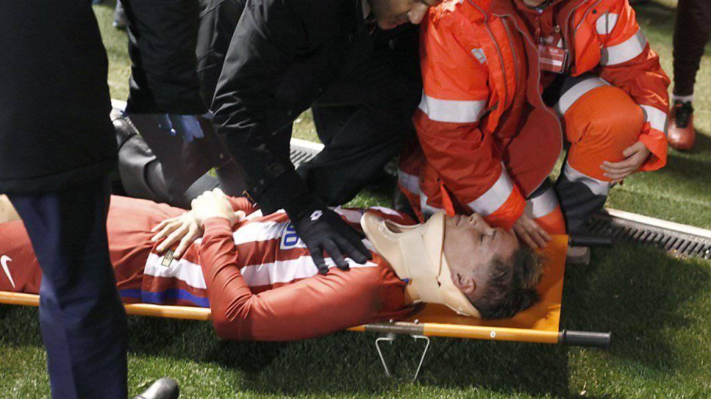 Atletico Madrids Stürmer Fernando Torres wird nach seinem folgenschweren Zusammenstoss bewusstlos vom Platz getragen