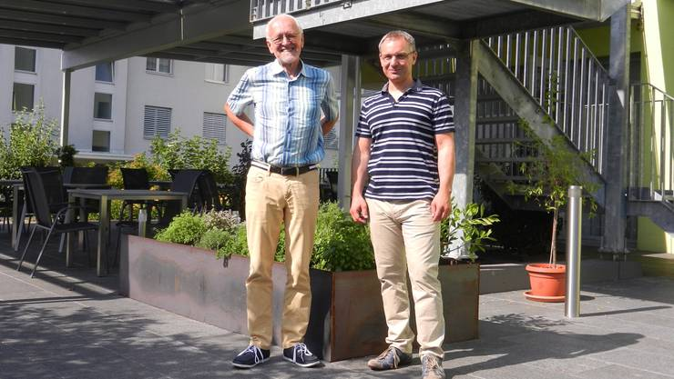 Hansruedi Lutz (links) mit dem neuen Heimleiter Emanuel Duso vor dem neu gestalteten Gartenrestaurant.
