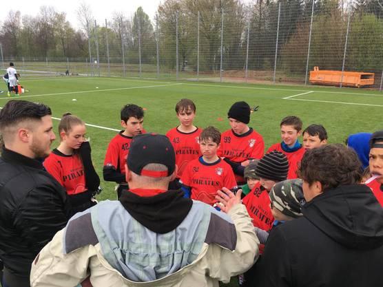 Die jungen Piraten hören den Instruktionen des Trainer Stabs zu. (Bild: Argovia Pirates)