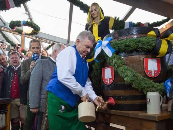Oberbürgermeister Dieter Reiter beim Anzapfen des ersten Fasses