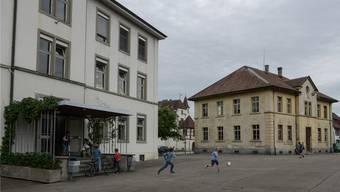 Die beiden Schulhäuser Burggarten (links) und das Schloss (rechts) versperren die Sicht auf das Prattler Schloss (Mitte), findet Ex-Gemeinderat Paul Dalcher.