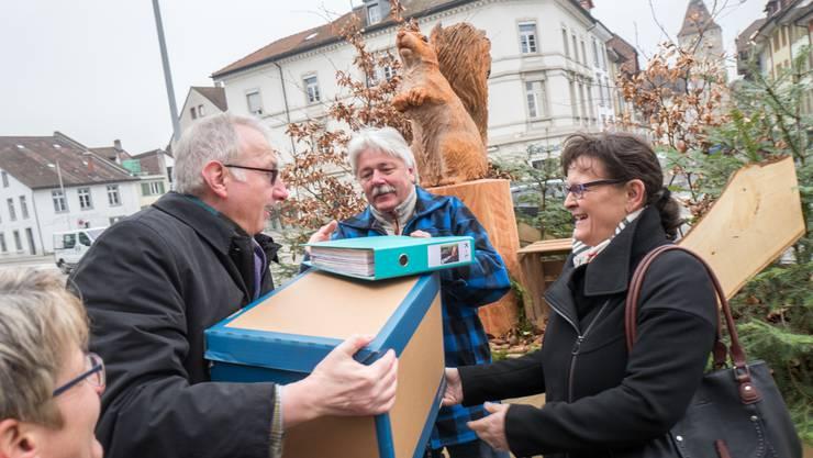 Urs Gsell, Präsident Initiativkomitee Volksinitiative «Ja! Für euse Wald», übergibt dem stellvertretenden Staatsschreiber Urs Meier die gesammelten Unterschriften.