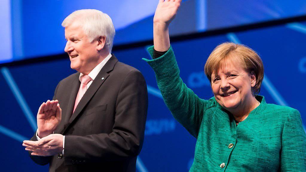 Die Unionsparteien in Deutschland unter der Führung von Horst Seehofer und Angela Merkel legen zum Jahresende in der Wählergunst leicht zu.