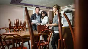 Für den «Sternen» in Leimbach wurde eine Lösung gefunden: Die neuen Pächter Markus und Monika Roth bekamen gestern von Sonja Ramsauer die Schlüssel ausgehändigt (v.l.); Mitte November geht es los.
