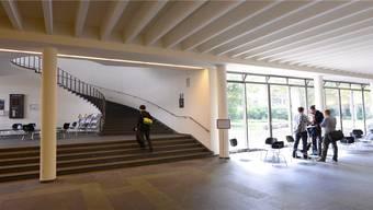 Der Eingangsbereich des Kollegiengebäudes der Uni Basel.