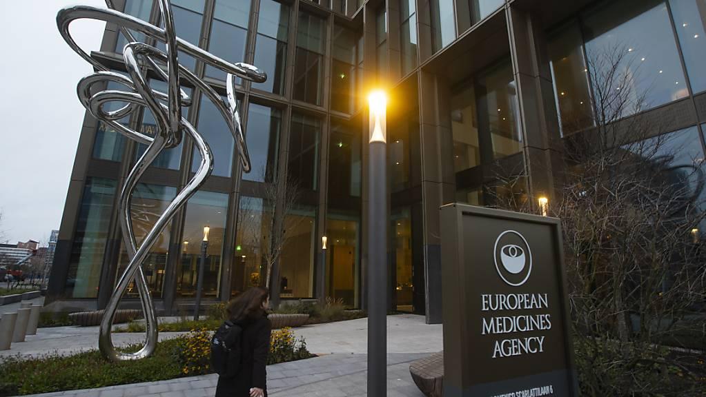 dpatopbilder - Eine Person geht auf den Eingang der Europäischen Arzneimittelbehörde (EMA) zu. In der Corona-Krise hat die Europäische Arzneimittelbehörde EMA heute in Amsterdam ihre Beurteilung für den Impfstoff von Biontech und dessen US-Partner Pfizer vorgelegt. Foto: Peter Dejong/AP/dpa