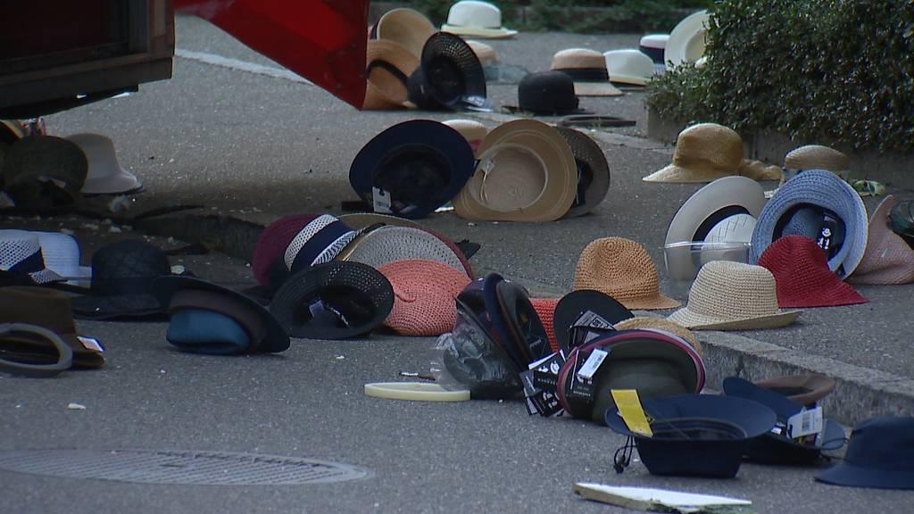 Überall liegen Hüte: Ein Verletzter nach Auffahrunfall mit Anhänger in Glattbrugg