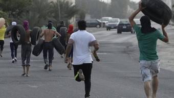 Demonstranten mit Autopneus im Dorf Sitra