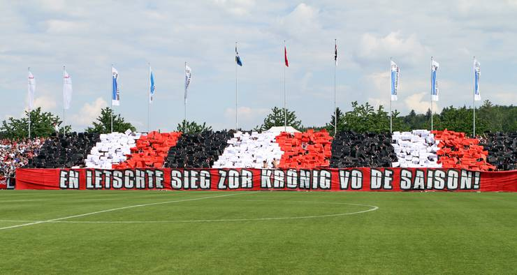 Mit einer bunten Choreographie in den Vereinsfarben wurden die Spieler aufgefordert, die Saison doch noch zu krönen.