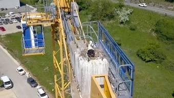 Hoch oben auf einem Baukran hat der Kaiseraugster Storch Camino mit seiner Partnerin im Jura sein Nest gebaut. Screenshot SRF